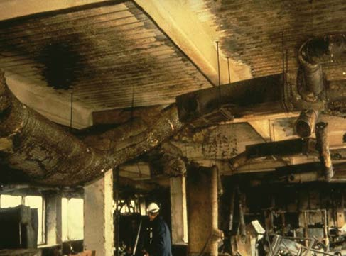 Fotografia nechránených tenkých oceľových konštrukcií, ktoré tvoria konštrukciu strechy